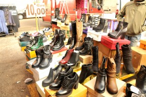 Foto di un banco mercatale di calzature