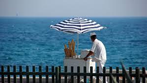 Venditore ambulanrte di gelati sulla riva del mare