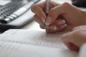 immagine di penna che scrive su un atto