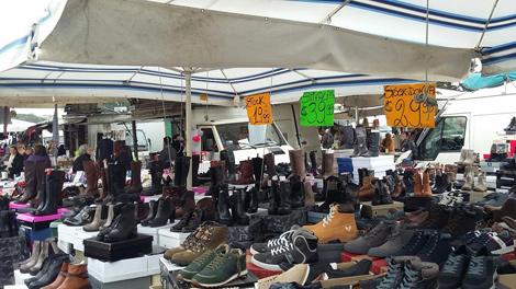 Mercato rionale con posteggi di scarpe