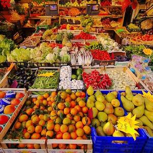 Foto di un banco mercatale di frutta e verdura